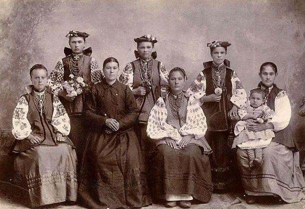 Ukrainian mothers and daughters in Zolotonosha, c. 1910.